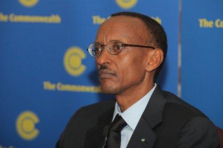 """Zapatero recibe al """"genocida"""" de Ruanda que asesora a la ONU promoviendo la banda ancha"""