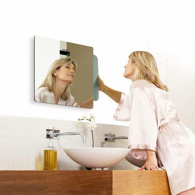 Tres en un mismo espacio: espejo, balanza electrónica y reloj