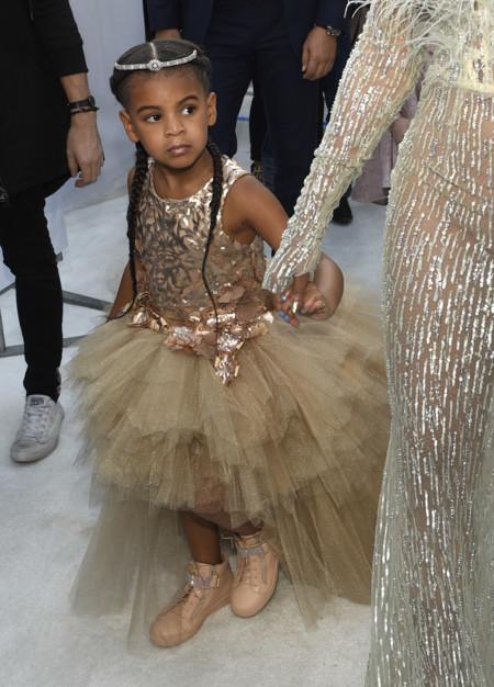 A pesar de su traje de princesa de 9.800 euros firmado por Mischka Blue Ivy no sonrió ni una sola vez a la prensa