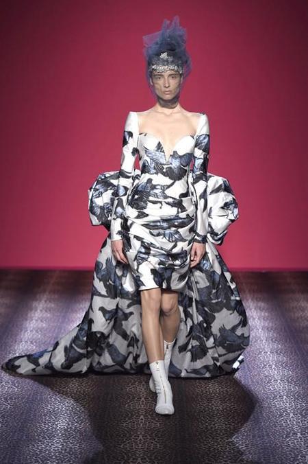 Schiap...arelli presenta su colección Couture para el próximo invierno