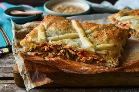 Hojaldre relleno de verduras y pollo, una deliciosa receta fácil de aprovechamiento