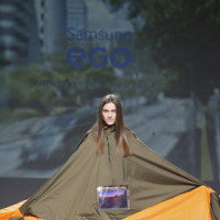 Estos abrigos son inteligentes y tecnológicos (y hasta se convierten en tienda de campaña)