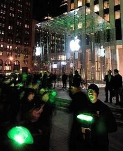 Activistas de Greenpeace protestan delante de la Apple Store de la Quinta Avenida