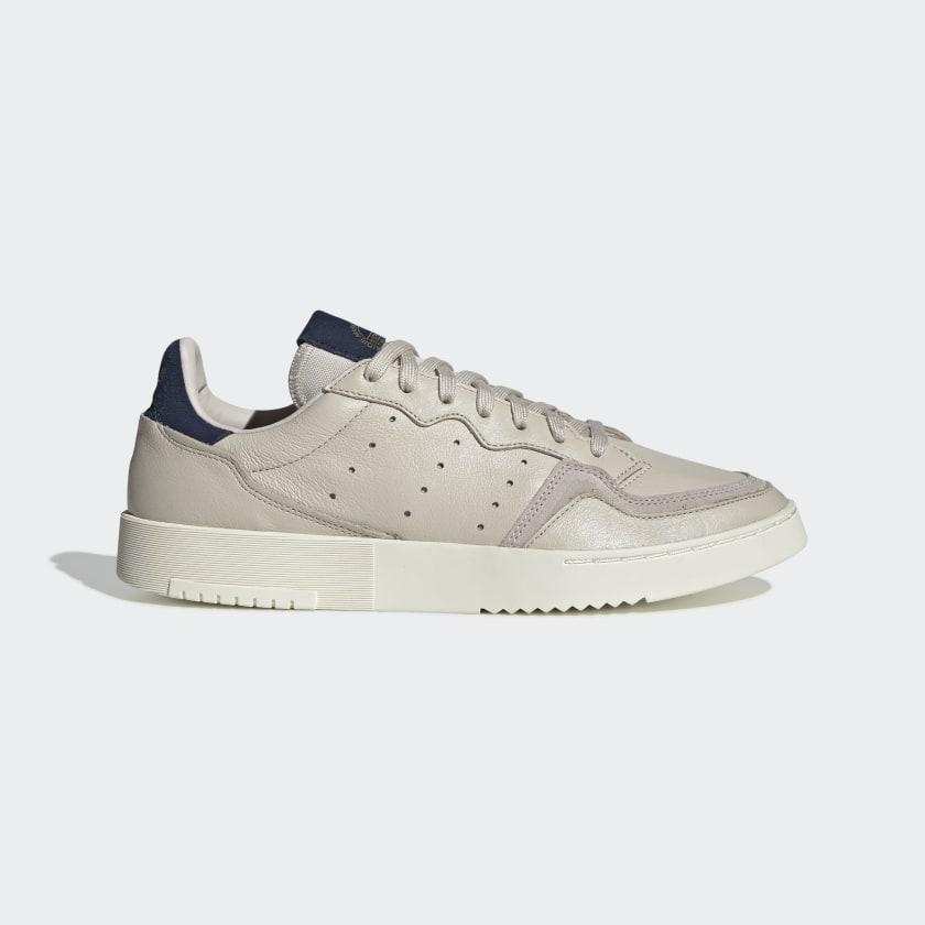 La Supercourt es el resultado de combinar los mejores diseños de tenis de adidas. Esta zapatilla presenta una parte superior de piel suave y una suela de goma esculpida.