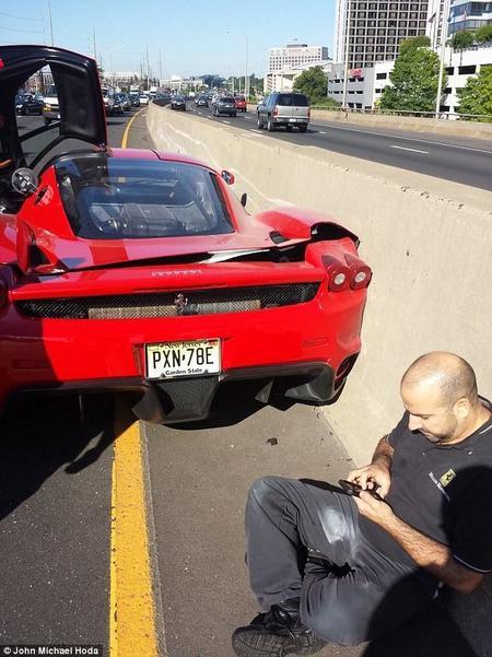 Dolorpasión™: Mecánicos chocan el Ferrari Enzo de Michael Fux