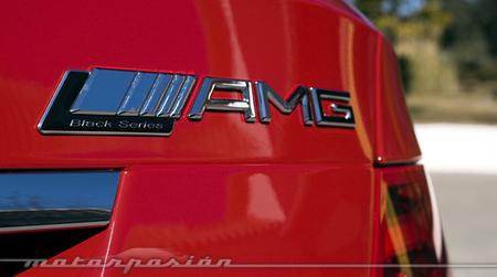 Empleados de concesionario juegan con un Mercedes-Benz C63 AMG Coupé Black Series