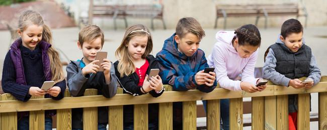 Cuándo comprar el primer móvil a los niños: pistas para acertar y enseñarles un buen uso