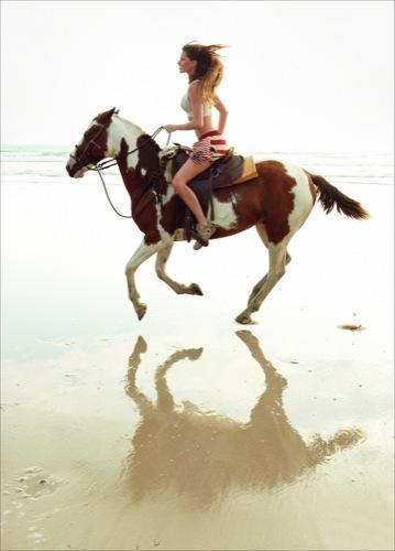 Gisele Bundchen guapísima tras su embarazo y con el mismo estilo de siempre para Vogue, caballo