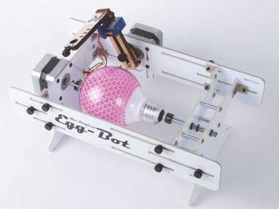 Egg-Bot te permite fabricar tus propios adornos navideños, o también decorar bombillas