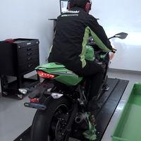 ¡Pura garra! Así chilla la Kawasaki Ninja ZX-25R estirando hasta la línea roja en el banco de potencia