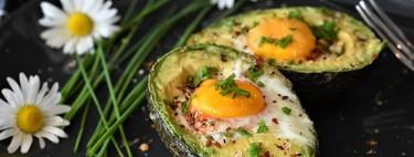 Gratín de huevo con aguacate. Receta fácil para el desayuno