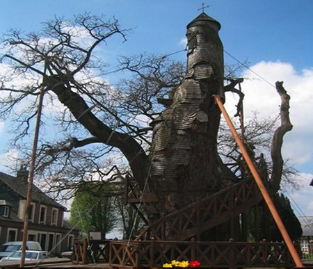 Monumentos curiosos: Una iglesia construída en un árbol en Francia
