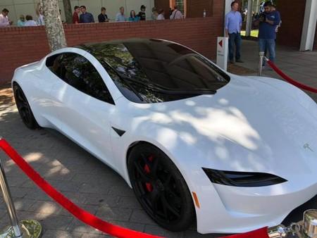 Musk seguirá siendo CEO de Tesla, y muestra un Roadster blanco y el teaser del Model Y para contentar a sus fieles