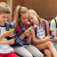 Educación estudia si prohibir los móviles en los colegios de España