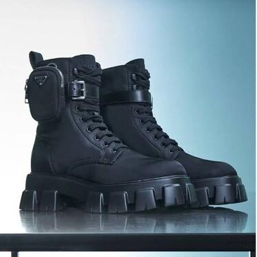 Prada aumenta su colección de nailon reciclado y lanza una nueva versión de sus botas de cordones Monolith y su bolso Re-Edition 2000 con este tejido sostenible
