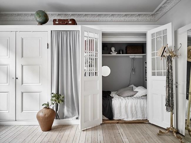 Una cama en un armario