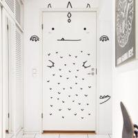 Convierte la puerta de la habitación infantil en un simpático personaje con estos preciosos vinilos