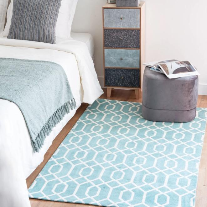 Alfombra de algodón azul con motivos gráficos beige 90x150