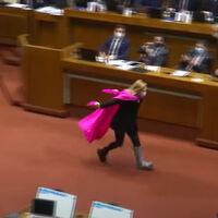 Correr a lo Naruto tras ganar una votación parlamentaria: Chile abraza la política-meme