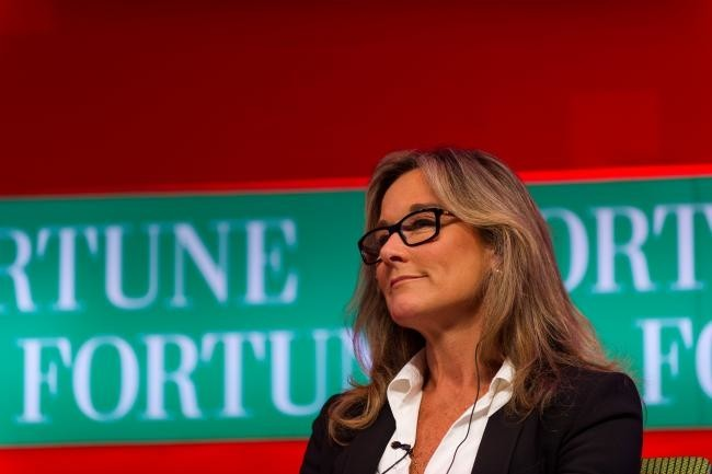 Angela Ahrendts comparte las lecciones que aprendió durante trabajaba en Apple, a través de un podcast