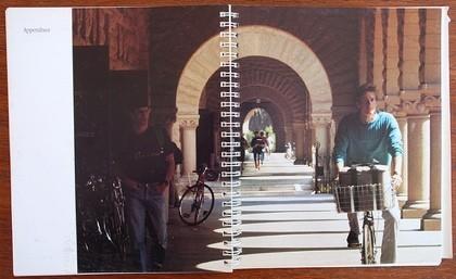 Manual del Macintosh. Un joven apuesto circula en bicicleta con su sistema portable en el canasto delantero (cuenta la leyenda que el modelo prefirió el anonimato tras este trabajo y no se supo nunca más nada de él).