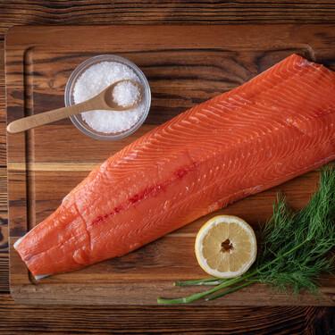 Comprar un salmón entero y aprovechar hasta la última lasca: tres recetas completas y seis ideas que adaptar al gusto