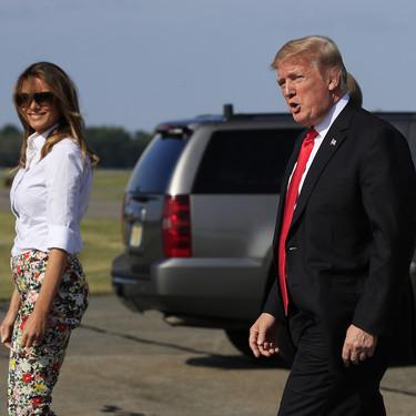Este es el pantalón pitillo de flores que ha lucido Melania Trump y está dando la vuelta al mundo, en Sfera (muy) parecido