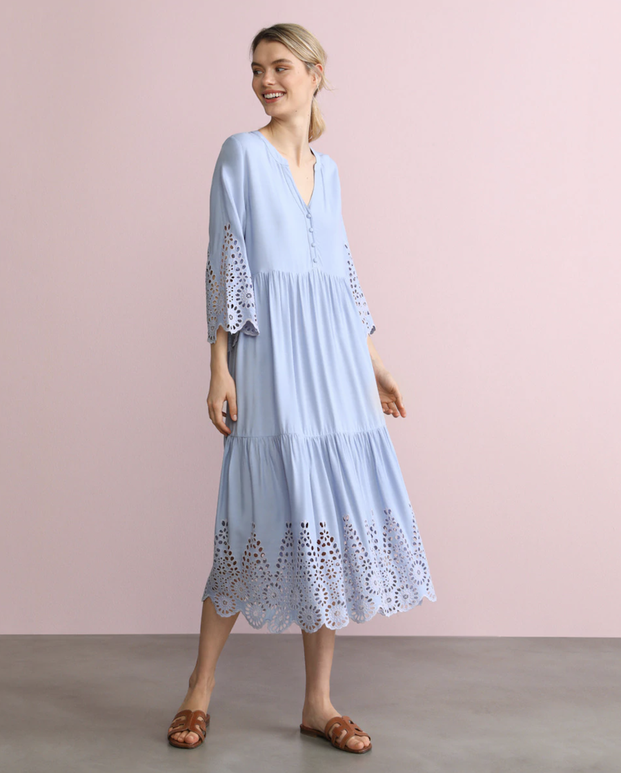 Vestido azul con troquelados