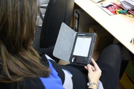 El libro electrónico pone un pie en las bibliotecas españolas