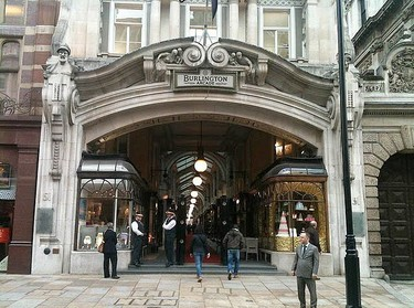 Jimmy Choo abre en Londres una nueva boutique