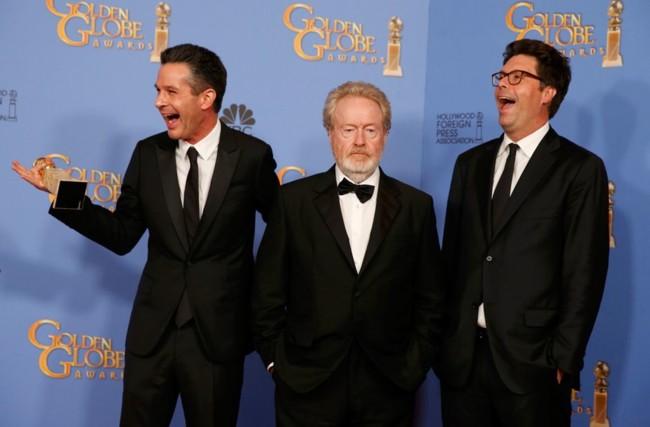 Simon Kinberg, Ridley Scott y Michael Schaefer tras ganar el Globo de Oro a la mejor comedia