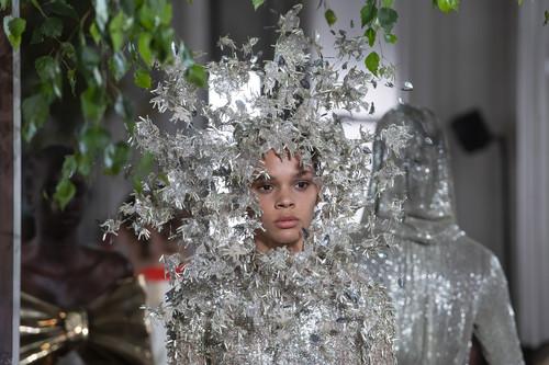 La magia existe y está en el desfile de Valentino Alta Costura Fall 2019, entre lentejuelas, flecos de lana gorda y fantasía