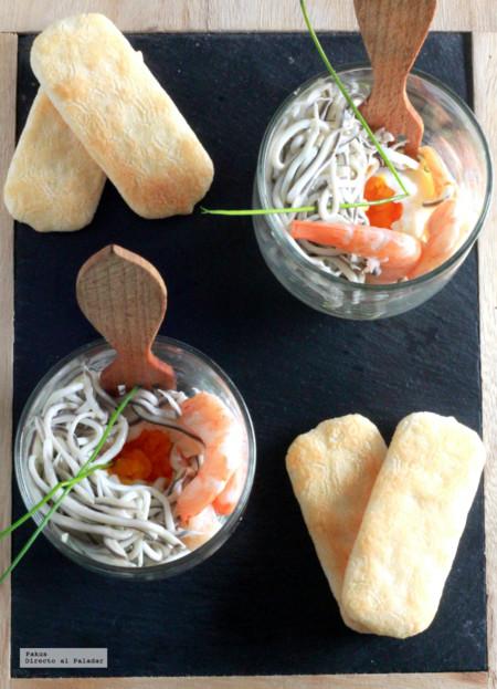 Huevos poché con gulas y gambas servidos en vaso. Receta de aperitivo