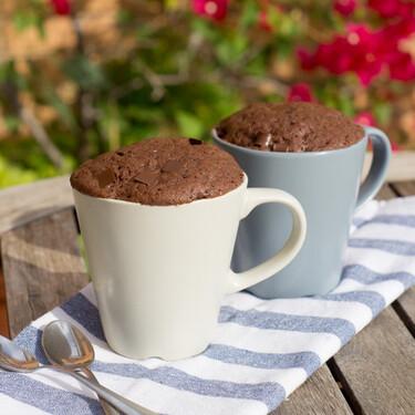 Mug cake de brownie con pepitas de chocolate: receta rápida al microondas