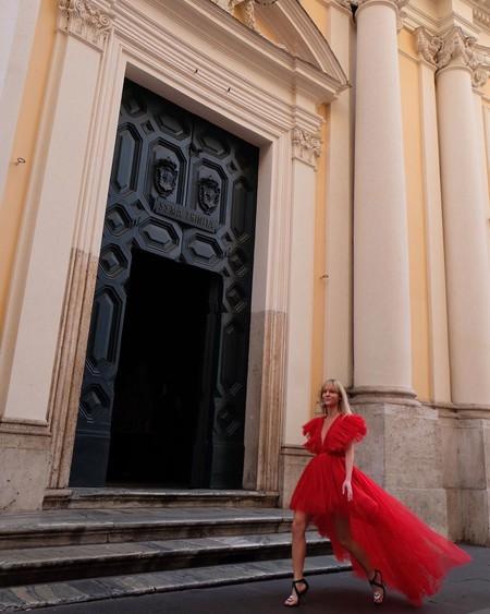 A menos de un día que salga a la venta la colección Giambattista Valli x H&M, el street style nos muestra la pieza estrella
