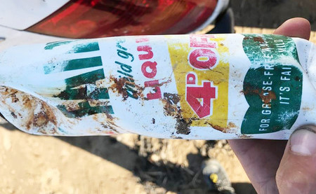 El drama del plástico, en una imagen: esta botella ha vuelto a tierra tras 47 años en alta mar