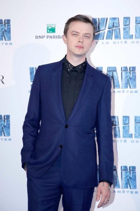 Dane Dehaan de Dior Homme y en azul para la premiere de 'Valerian' en París