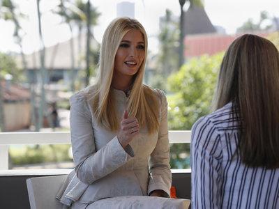 Ivanka Trump se gasta más de 2.000 euros en este traje de falda y chaqueta de jacquard, uno de los tejidos que serán tendencia