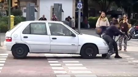 Todomal nivel: que te feliciten por usar bien el patinete eléctrico y de pronto te atropelle un coche por saltarte un semáforo