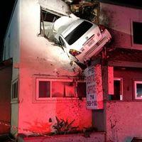 Este Nissan Altima salió volando a este edificio