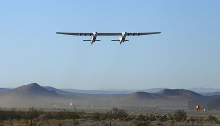 Así surca los cielos Stratolaunch, el avión más grande del mundo que se utilizará para lanzar hipersónicos