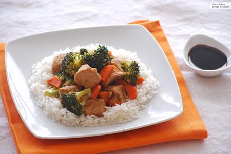 Receta sencilla de wok de pollo a la naranja con verduras, fácil y saludable
