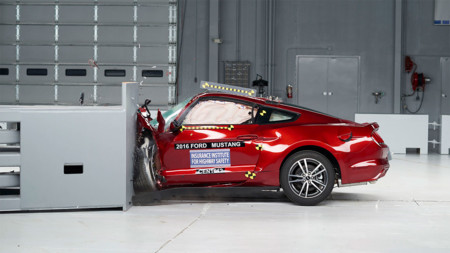 Ford Mustang, Dodge Challenger y Chevrolet Camaro frente a los temidos crash test