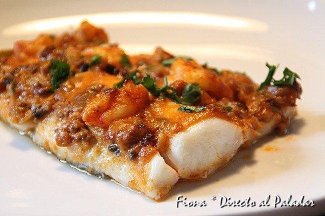 Receta de merluza al horno con gambones ajetes y champis - Merluza rellena de marisco al horno ...