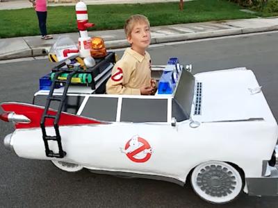 Un padre transforma la silla de ruedas de su hijo en un disfraz espectacular: el Ecto-1 de los Cazafantasmas