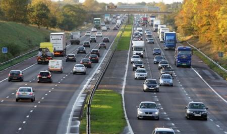 ¿Autopistas que recargan tu coche? Pruebas en marcha en Inglaterra y Corea del Sur