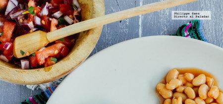 Milanesas de pollo empanizadas y pico de gallo. Receta fácil