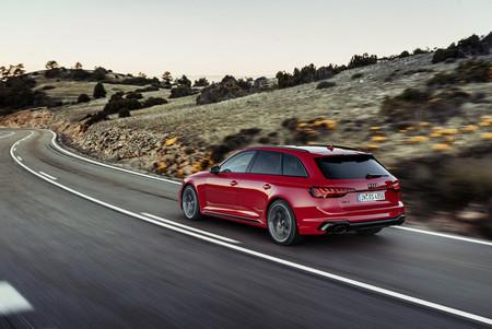 Lavado de cara suave para el espectacular Audi RS4 Avant, que mantiene su V6 biturbo de 450 CV y 600 Nm