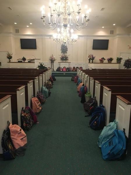 Cumplen el último deseo de una profesora: donar mochilas con útiles en lugar de llevarle flores a su funeral