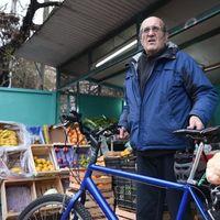 El hombre que asegura ser más saludable comiendo los productos desechados por las verdulerías